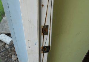 Gescheurde beschadigde deurpost reparatie na inbraak | Slotenmaker Den Haag